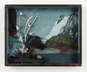 Katharina Meister: So wie ein Kanarienvogel (2012/13) Papierschnitt, Mischtechnik in Vitrine 40 x 50 x 6 cm Fotos: Eric Tschernow