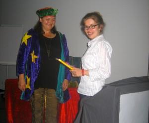 """Die Schattenspielerin """"Anna Fabuli"""" alias Anna-Maria Schlemmer(im Bild links zusammen mit der Vereinsvorsitzenden Antje Buchwald führte mit zwei Aufführungen durch den Abend (Foto: Helmut Heckner)."""