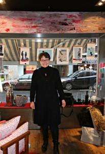 Kornelia Löhrer bei der Präsentation Ihrer Scherenschnitte in der Boutique Blich (Foto: Löhrer)